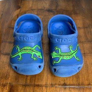 2𝖋𝖔𝖗$25 CROCS chameleon/lizard blue 6/7 boys